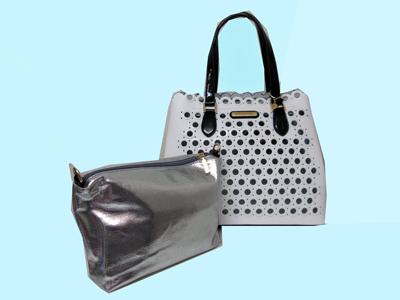 ハリウッドセレブ注目のニコルリーの白のエナメルの丸の型抜きが新鮮なトートバッグです。シルバーのポーチが付属です。
