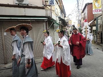 今年は、本祭りのため先頭に宮司さんが歩きました。