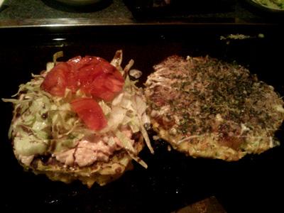 写真の左は、一番人気の「トマトお好み焼き」 右は、おすすめの「豚玉」です。