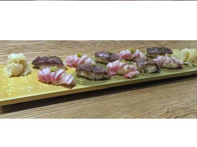 炙り和牛と大トロ炙りの握り 1人前5貫(写真は各1人前ずつ)